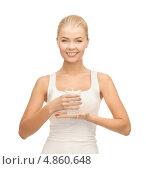 Купить «Счастливая девушка со стаканом воды на белом фоне», фото № 4860648, снято 23 марта 2013 г. (c) Syda Productions / Фотобанк Лори