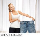 Купить «Стройная девушка показывает джинсы большого размера», фото № 4860864, снято 23 марта 2013 г. (c) Syda Productions / Фотобанк Лори