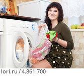 Купить «Счастливая домохозяйка кладет вещи в машинку», фото № 4861700, снято 27 января 2013 г. (c) Яков Филимонов / Фотобанк Лори