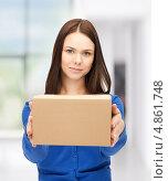 Купить «Молодая офисная сотрудница с корреспонденцией в коробках», фото № 4861748, снято 2 апреля 2011 г. (c) Syda Productions / Фотобанк Лори