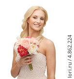Купить «Очаровательная блондинка с распущенными волнистыми волосами держит в руках букет цветов», фото № 4862224, снято 9 марта 2013 г. (c) Syda Productions / Фотобанк Лори