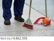 Купить «Дворник убирает мусор с тротуара с помощью щетки и совка», фото № 4862356, снято 3 июля 2013 г. (c) Дмитрий Калиновский / Фотобанк Лори