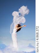 Женщина в белом платье стоит в облаках. Стоковое фото, фотограф Вероника Конкина / Фотобанк Лори