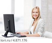 Купить «Красивая деловая женщина работает за настольным компьютеров», фото № 4871176, снято 30 марта 2013 г. (c) Syda Productions / Фотобанк Лори