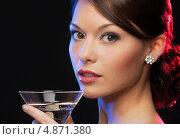 Купить «Загадочная брюнетка на вечеринке в ночном клубе пьет коктейль из бокала», фото № 4871380, снято 12 декабря 2010 г. (c) Syda Productions / Фотобанк Лори