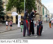 Сценка из шествия клоунов, одетых в полицейскую форму. Редакционное фото, фотограф Сергей Кисель / Фотобанк Лори