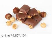 Купить «Кусочки шоколадной плитки с орехами», фото № 4874104, снято 25 июня 2018 г. (c) Владимир Красюк / Фотобанк Лори