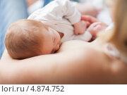 Новорожденный сосет грудь. Стоковое фото, агентство Wavebreak Media / Фотобанк Лори