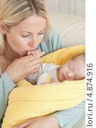 Купить «Крупный план, мама целует руку малыша», фото № 4874916, снято 31 октября 2011 г. (c) Wavebreak Media / Фотобанк Лори