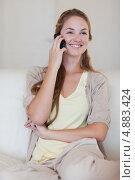 Купить «Улыбающаяся женщина прослушивает абонента по мобильному телефону», фото № 4883424, снято 3 ноября 2011 г. (c) Wavebreak Media / Фотобанк Лори