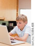 Изображение прекрасного мальчика, пользующегося ноутбуком. Стоковое фото, агентство Wavebreak Media / Фотобанк Лори