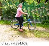 Купить «Пенсионерка на велосипеде», эксклюзивное фото № 4884632, снято 23 июня 2013 г. (c) Куликова Вероника / Фотобанк Лори