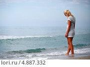 Женщина стоит у моря опустив голову. Стоковое фото, фотограф Роман Кокорев / Фотобанк Лори