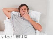 Купить «Усталый мужчина зевает», фото № 4888212, снято 4 ноября 2011 г. (c) Wavebreak Media / Фотобанк Лори