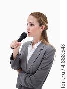 Купить «Вид сбоку, женщина с микрофоном», фото № 4888548, снято 9 ноября 2011 г. (c) Wavebreak Media / Фотобанк Лори
