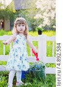 Купить «Светловолосая девочка поливает цветы на даче», фото № 4892584, снято 17 июня 2019 г. (c) Майя Крученкова / Фотобанк Лори