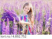 Счастливая девочка на люпиновом лугу. Стоковое фото, фотограф Майя Крученкова / Фотобанк Лори