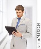 Купить «Молодой бизнесмен в сером костюме с планшетником», фото № 4893024, снято 8 апреля 2012 г. (c) Syda Productions / Фотобанк Лори