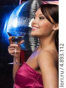 Купить «Красивая брюнетка в лучах софитов с бокалом мартини в руке», фото № 4893112, снято 12 декабря 2010 г. (c) Syda Productions / Фотобанк Лори