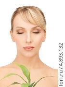 Купить «Красивая блондинка с косой челкой держит зеленое растение», фото № 4893132, снято 8 февраля 2011 г. (c) Syda Productions / Фотобанк Лори