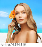 Купить «Красивая молодая женщина с цветком на пляже», фото № 4894116, снято 8 декабря 2012 г. (c) Syda Productions / Фотобанк Лори