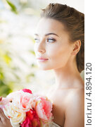 Купить «Красивая девушка с букетом цветов в саду», фото № 4894120, снято 17 марта 2013 г. (c) Syda Productions / Фотобанк Лори