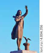 """Купить «Памятник """"Ждущей"""", Мурманск», фото № 4894356, снято 25 июля 2013 г. (c) Ирина Здаронок / Фотобанк Лори"""