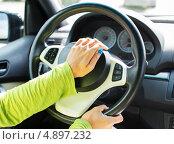 Купить «Женщина нажимает на клаксон автомобиля», фото № 4897232, снято 1 июля 2013 г. (c) Andrejs Pidjass / Фотобанк Лори