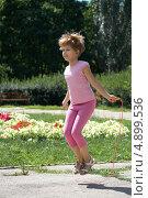 Девочка прыгает на скакалке в парке. Стоковое фото, фотограф Алексей Лугинин / Фотобанк Лори