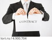 Купить «Мужские руки разрывают контракт», фото № 4900704, снято 21 марта 2013 г. (c) Syda Productions / Фотобанк Лори