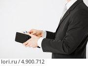 Купить «Бизнесмен в костюме убирает деньги», фото № 4900712, снято 21 марта 2013 г. (c) Syda Productions / Фотобанк Лори