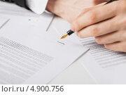Купить «Бизнесмен подписывает документы о сделке», фото № 4900756, снято 22 марта 2013 г. (c) Syda Productions / Фотобанк Лори