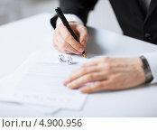 Купить «Бизнесмен подписывает деловые бумаги», фото № 4900956, снято 22 марта 2013 г. (c) Syda Productions / Фотобанк Лори