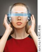 Девушка из будущего с сияющими очками. Стоковое фото, фотограф Syda Productions / Фотобанк Лори