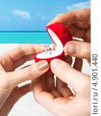 Купить «Молодой мужчина делает предложение любимой, предлагая коробочку с обручальным кольцом», фото № 4901440, снято 3 апреля 2013 г. (c) Syda Productions / Фотобанк Лори