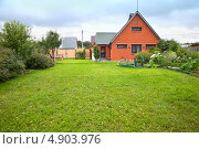 Купить «Дачный дом на зеленой лужайке», фото № 4903976, снято 27 июля 2013 г. (c) Юлия Кузнецова / Фотобанк Лори
