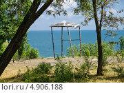 Купить «Старая деревянная беседка в парке на фоне синего моря», фото № 4906188, снято 31 мая 2013 г. (c) Борис Панасюк / Фотобанк Лори