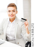 Купить «Деловая молодая женщина в офисе с кредитной картой», фото № 4908272, снято 1 июня 2013 г. (c) Syda Productions / Фотобанк Лори