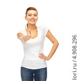 Купить «Юная девушка в футболке и джинсах радуется на белом фоне», фото № 4908296, снято 1 июня 2013 г. (c) Syda Productions / Фотобанк Лори