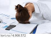 Купить «Уставшая офисная работница засыпает за столом», фото № 4908572, снято 24 апреля 2013 г. (c) Syda Productions / Фотобанк Лори