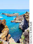 Купить «Скалистые берега недалеко от Лос-Канкахос, Ла-Пальма, Канарские острова», фото № 4909628, снято 11 июля 2013 г. (c) Роман Сигаев / Фотобанк Лори