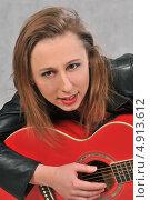 Купить «Смешная девушка с красной гитарой на сером фоне», фото № 4913612, снято 6 марта 2013 г. (c) Малышев Андрей / Фотобанк Лори
