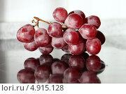 Гроздь винограда лежит на стеклянном столе. Стоковое фото, фотограф Buyanka / Фотобанк Лори