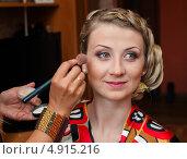 Купить «Визажист наносит макияж на лицо девушке», эксклюзивное фото № 4915216, снято 15 июня 2013 г. (c) Игорь Низов / Фотобанк Лори
