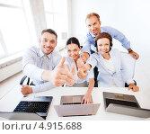 Купить «Коллеги обсуждают просматриваемую на ноутбуке информацию», фото № 4915688, снято 9 июня 2013 г. (c) Syda Productions / Фотобанк Лори