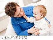 Купить «Счастливый папа играет с маленьким сыном дома», фото № 4915872, снято 26 мая 2013 г. (c) Syda Productions / Фотобанк Лори