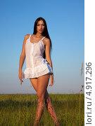 Сексуальная брюнетка в белом коротком платье в поле на закате. Стоковое фото, фотограф Вероника Конкина / Фотобанк Лори