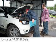 Купить «Проверка номера автомобиля при регистрации», эксклюзивное фото № 4918692, снято 3 августа 2013 г. (c) Татьяна Юни / Фотобанк Лори