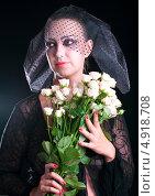 Девушка в черной вуали с бежевыми розами. Стоковое фото, фотограф Виктория Кириллова / Фотобанк Лори