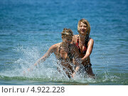 Купить «Две весёлые подруги купаются в море», эксклюзивное фото № 4922228, снято 10 мая 2008 г. (c) Игорь Низов / Фотобанк Лори